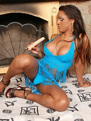 Big-boobed tranny Andryla trying her new kinky toy