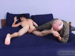 Mature gay man pleases a young hunk on these free gay videos